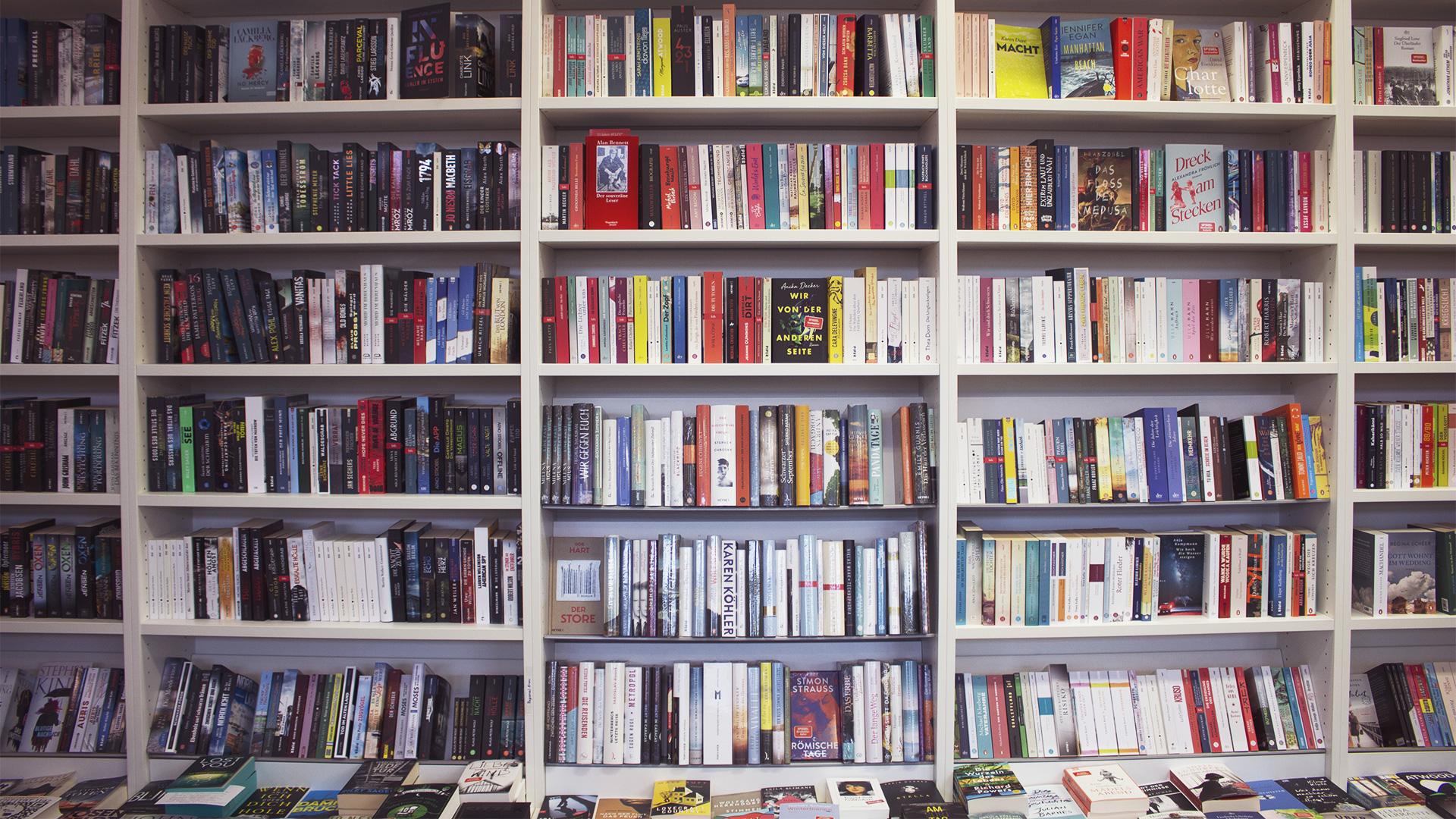frontal gezeigte Bücherwand mit Krimis, Romanen und historischen Romanen