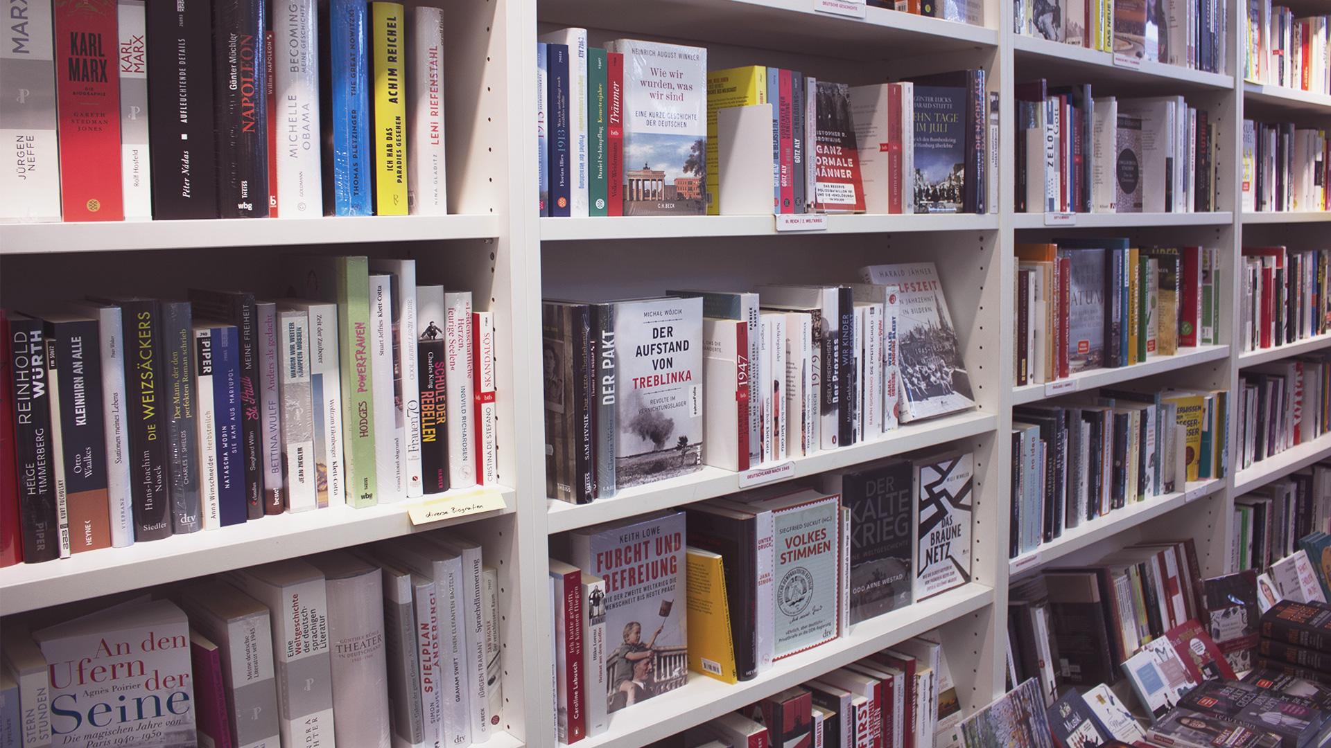 Bücherwand mit politischen Büchern