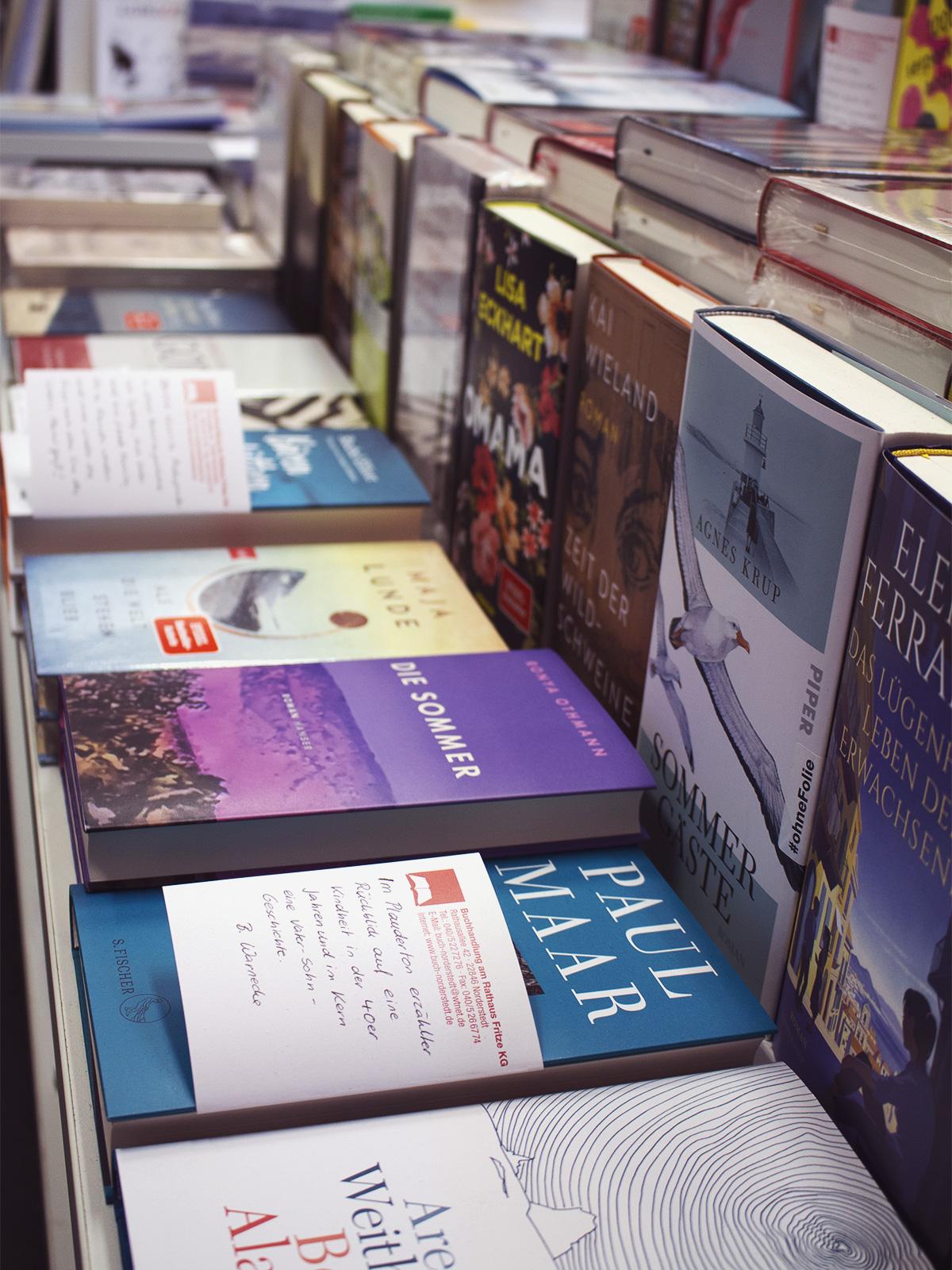 Buchreihe mit einer Auswahl aus unseren Empfehlungen, markiert mit kleinen handgeschriebenen Zetteln