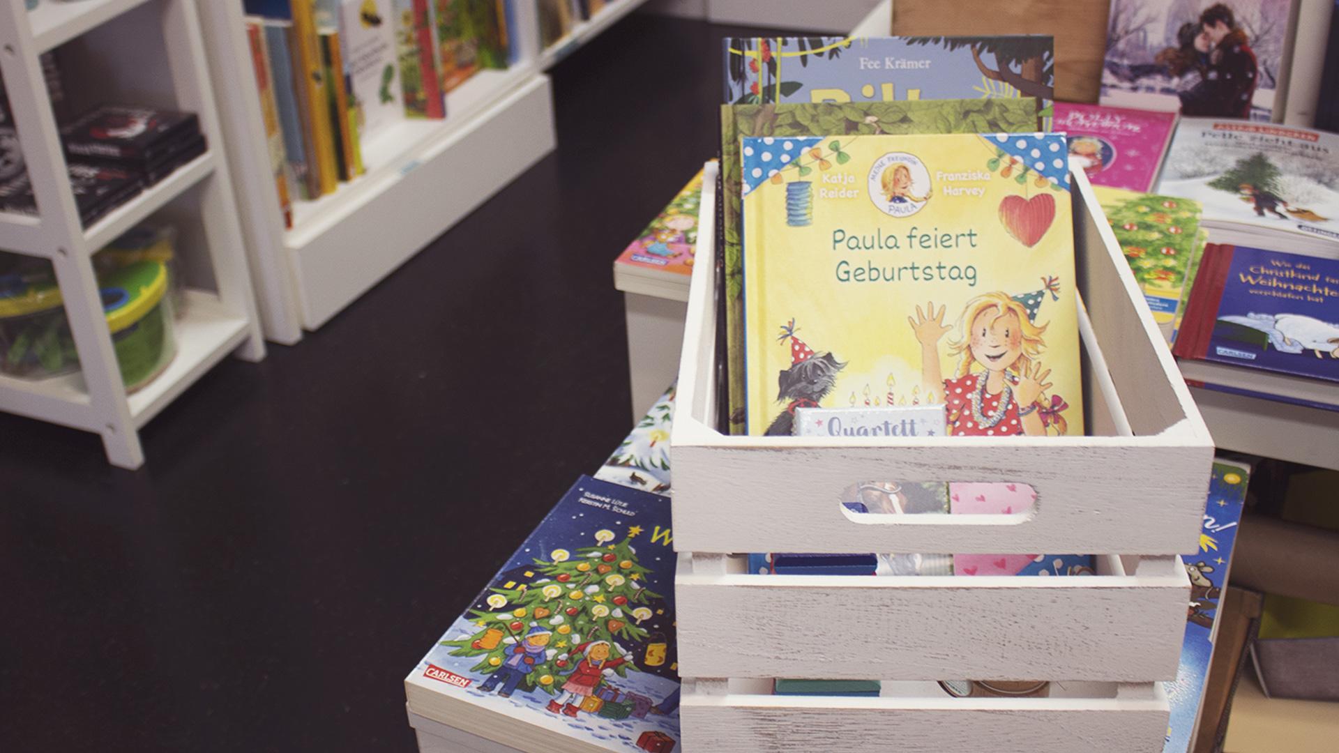 Kinder-Geschenkkorb gefüllt mit den Wünschen eines Kindes aus der Buchhandlung