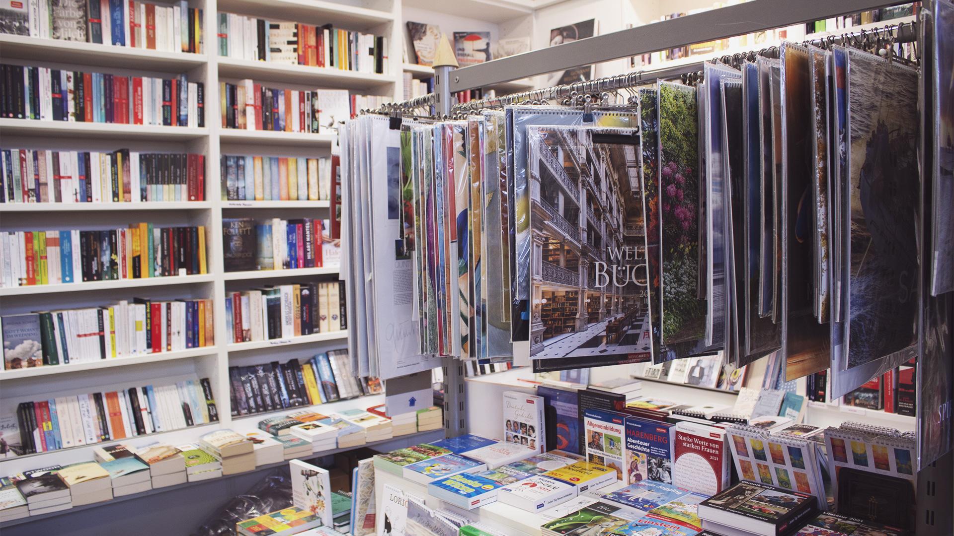 Kalender für jeden Anlass vor einer Bücherwand