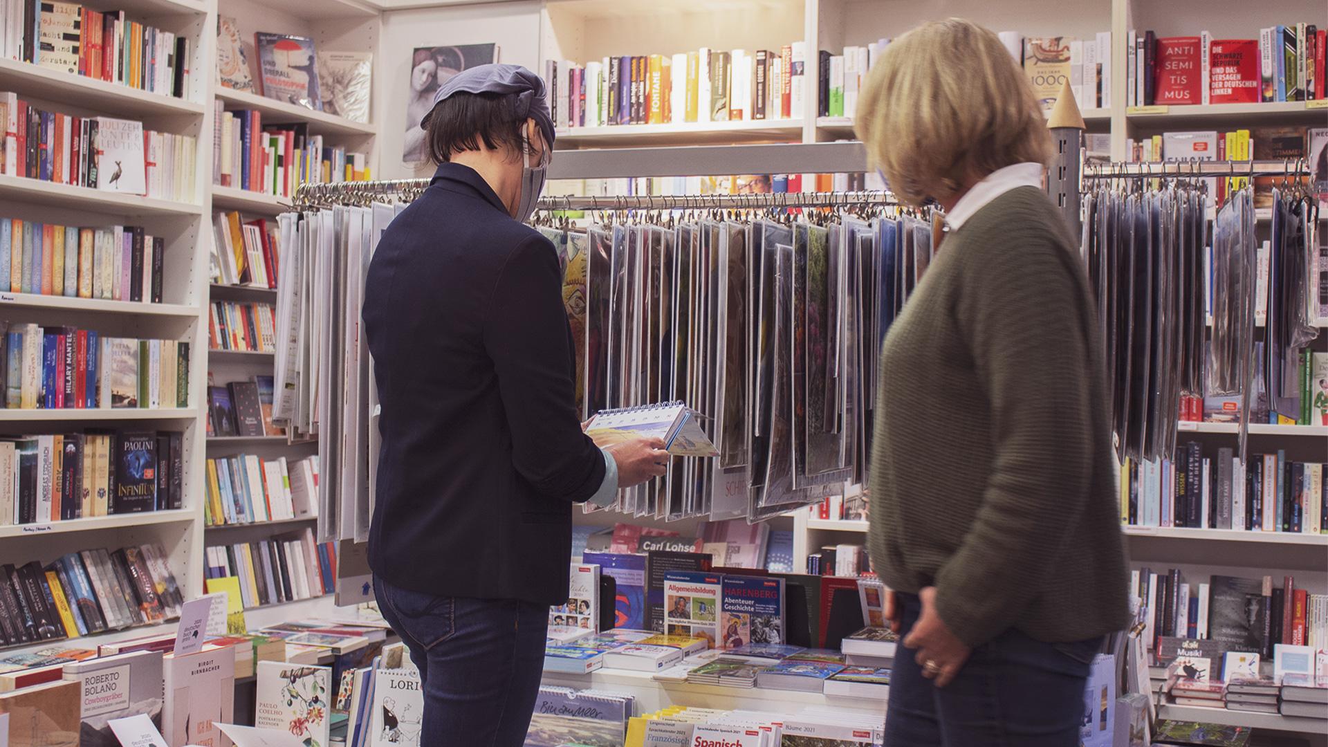 Zwei Frauen schauen sich einen Kalender an
