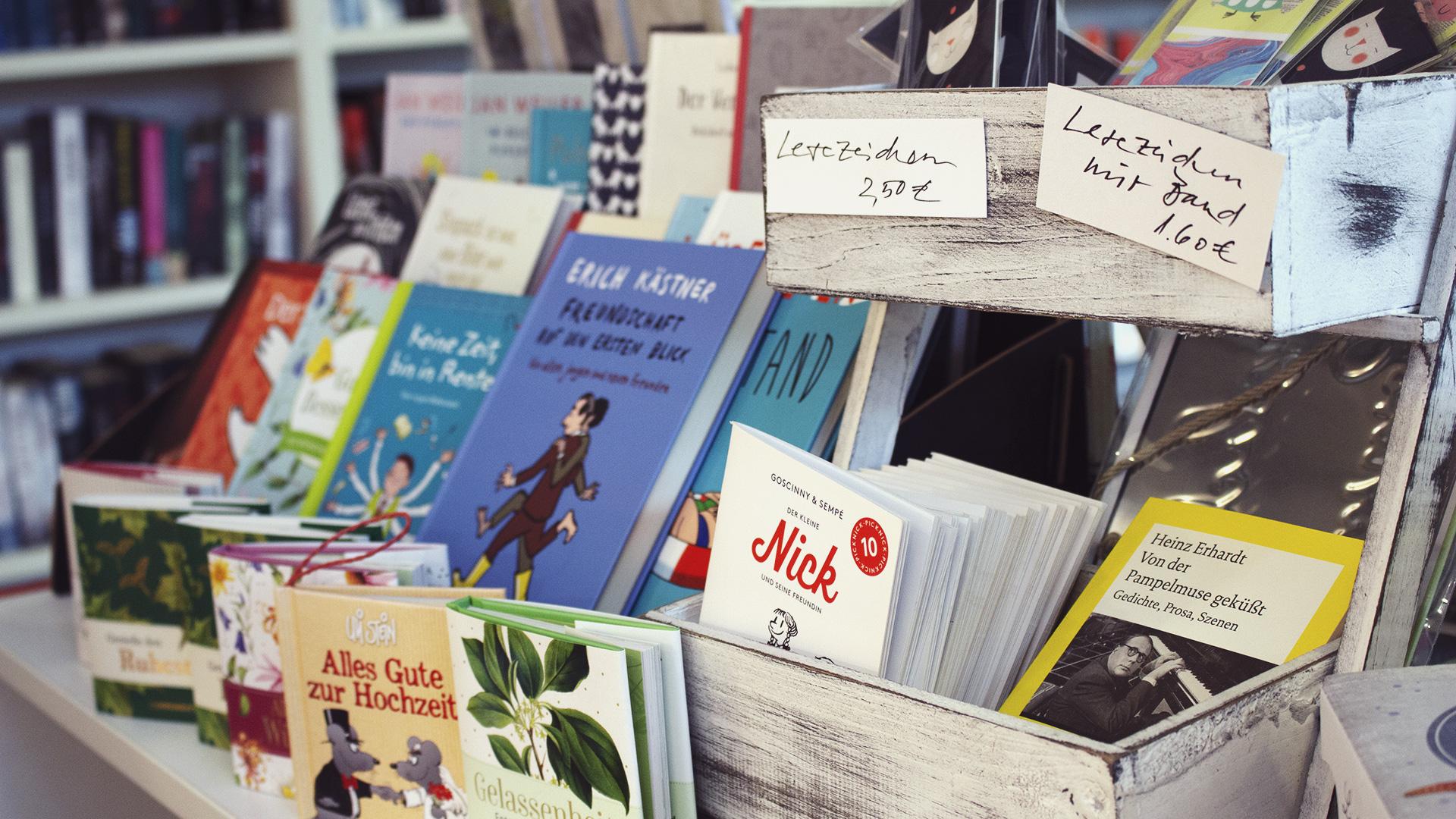 Non-Books wie kleine Geschenkhefte in einer kleinen Holzbox