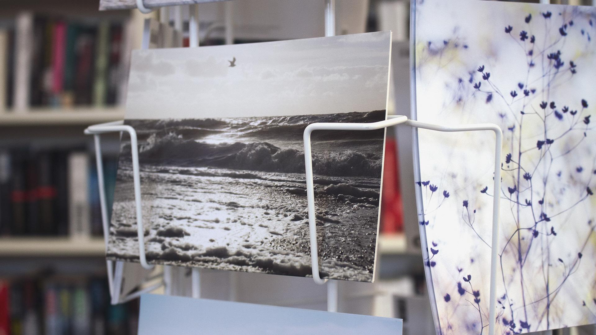 Schwarz-weiß Postkarte mit einem Ozean-Motiv