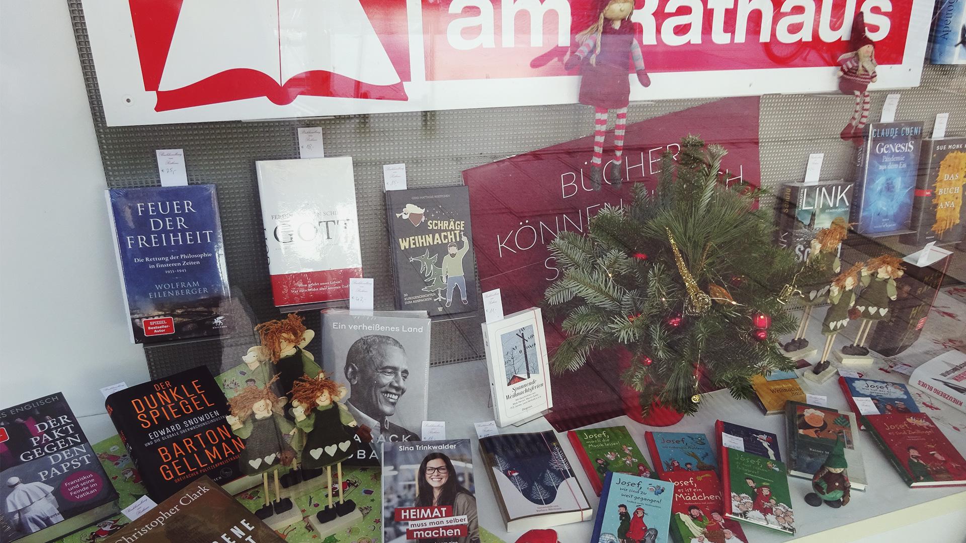 Weihnachtsschaufenster mit einer Auswahl von aktuellen und themenspezifischen Büchern